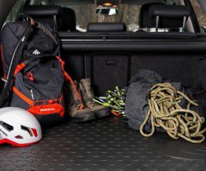 Sprawdź gumowe wykładziny bagażnika samochodu